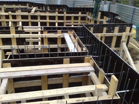 7. Устройство опалубки для заливки монолитного фундамента и цоколя здания